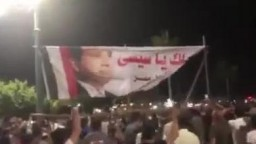 المتظاهرين يسقطون صورة السيسي في ميدان الساعة بدمياط