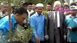 """فضيلة الاستاذ - جمعة أمين  """"رحمه الله"""" يزرع شجرة فى ماليزيا"""
