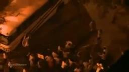 متظاهر ينهال بـ -حجر- على أحد الجنود في أحداث ماسبيرو