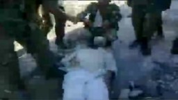 جنود سوريون يقومون بتعذيب لؤي العامر قبل قتله