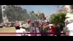 عمال بنزينة يرشون مياه على رافضو الانقلاب بشارع الهرم لتخفيف الحرارة
