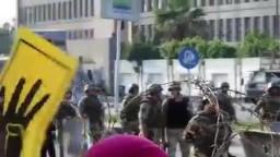 غضب متظاهر فى وجه جنود الجيش على مدخل رابعة